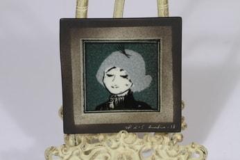 Arabia koristelaatta, Pariisilaistyttö, suunnittelija Heljä Liukko-Sundström, Pariisilaistyttö, pieni, sekatekniikka, signeerattu