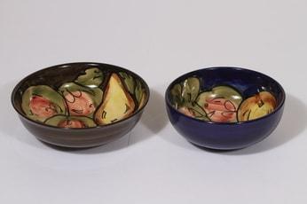 Savitorppa kulhot, käsinmaalattu, 2 kpl, suunnittelija Holger Granbäck, käsinmaalattu, signeerattu, eri kokoja, hedelmäaihe