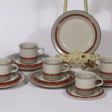 Arabia Aslak kahvikupit ja lautaset, oliivinvihreä, 5 kpl, suunnittelija Inkeri Leivo, raitakoriste