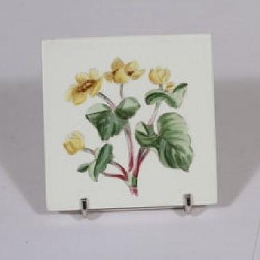 Arabia Niittykukka koristelaatta, Galtha palistris, suunnittelija Svea Granlund, Galtha palistris, pieni, käsinmaalattu, kukka-aihe