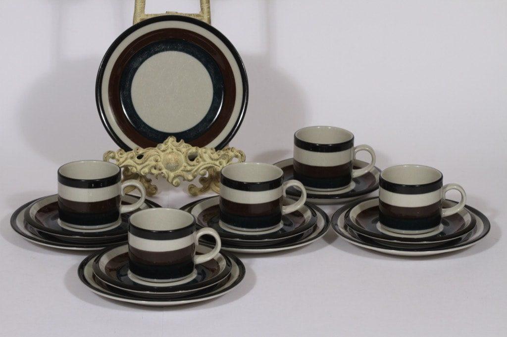 Arabia Kaira kahvikupit ja lautaset, 5 kpl, suunnittelija Anja Jaatinen, raitakoriste