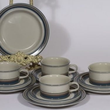 Arabia S teekupit ja lautaset, 4 kpl, suunnittelija Inkeri Leivo, raitakoriste