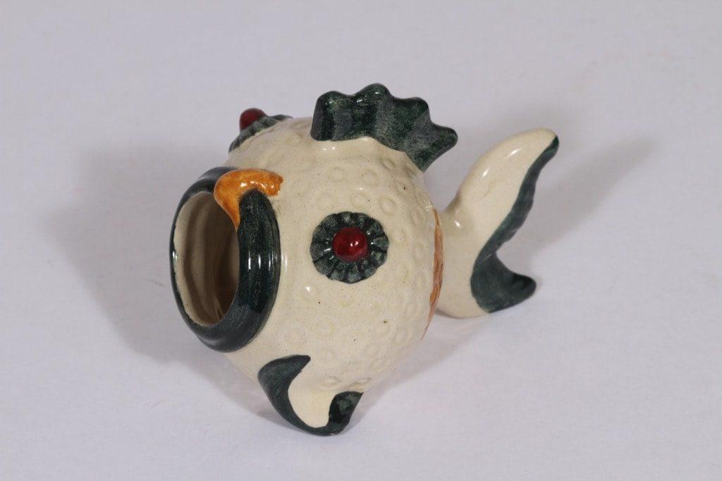 Kupittaan savi 399 tuhka-astia, käsinmaalattu, suunnittelija Josef Manuel, käsinmaalattu, signeerattu, kala-aihe