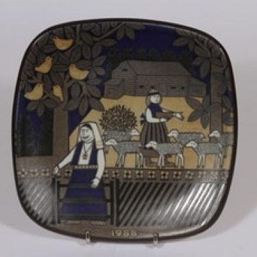 Arabia vuosilautanen, 1988, suunnittelija Raija Uosikkinen, 1988, serikuva, Kalevala-aihe