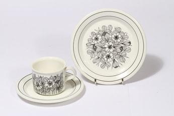 Arabia Krokus kahvikuppi ja lautanen, mustavalkoinen, suunnittelija Esteri Tomula, serikuva
