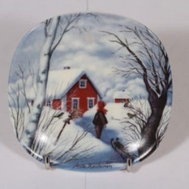 Arabia koristelautanen, Kotiseudun talvi, suunnittelija Anita Rantanen-Siewers, Kotiseudun talvi, pieni, serikuva, maisema-aihe