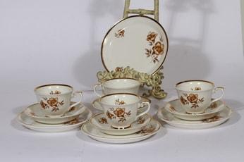Arabia Myrna kahvikupit ja leivoslautaset, 4 kpl, suunnittelija Olga Osol, serikuva, kukka-aihe