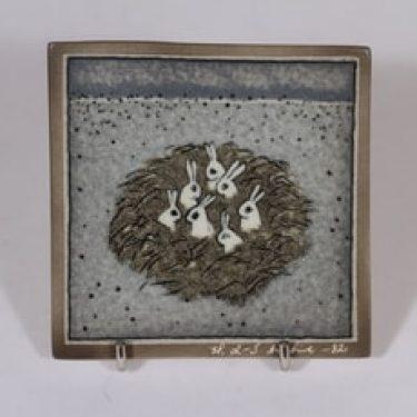 Arabia koristelaatta, Jänistenpesä, suunnittelija Heljä Liukko-Sundström, Jänistenpesä, pieni, serikuva, signeerattu