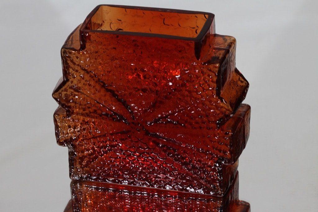 Riihimäen lasi Stellaria maljakko, punainen, suunnittelija Nanny Still, massiivinen