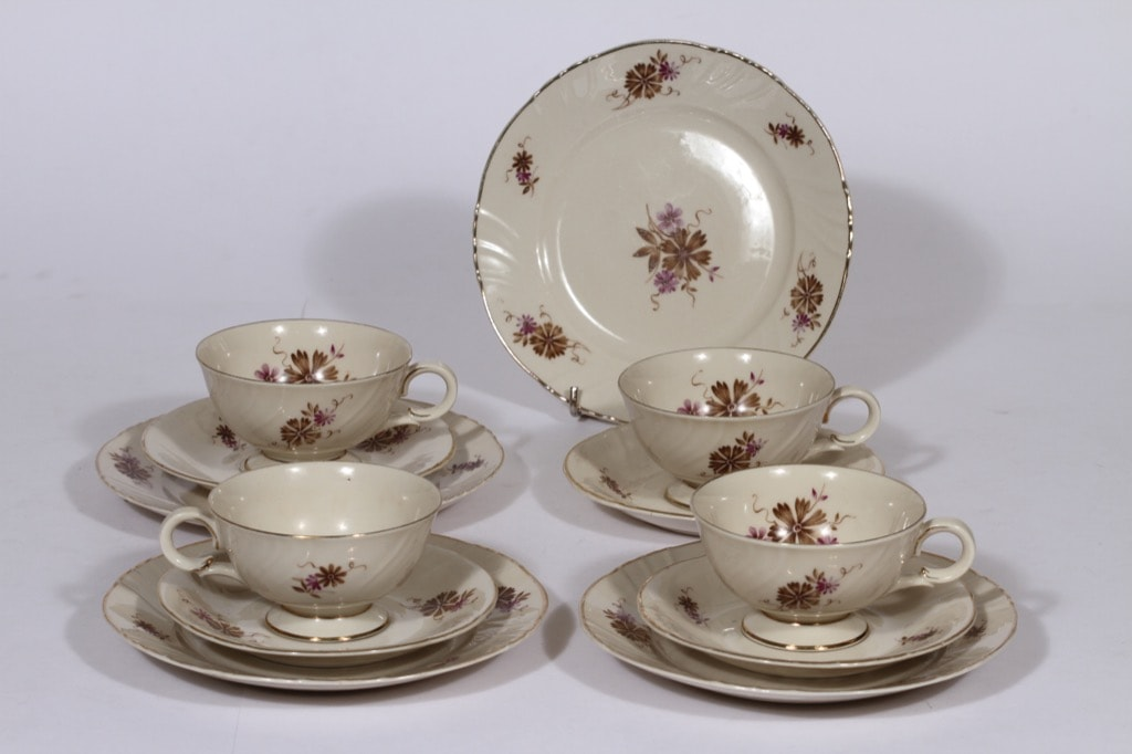 Arabia Raili kahvikupit ja leivoslautaset, 4 kpl, suunnittelija , serikuva, kukka-aihe, kullattu