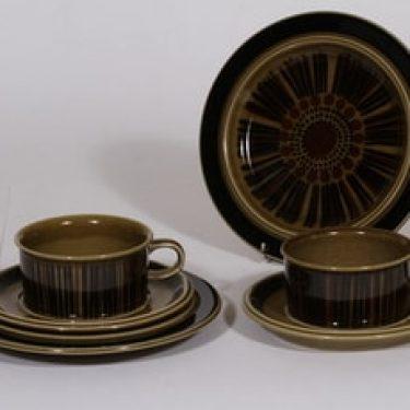 Arabia Kosmos teekupit ja leivoslautaset, ruskea, 2 kpl, suunnittelija Gunvor Olin-Grönqvist, puhalluskoriste