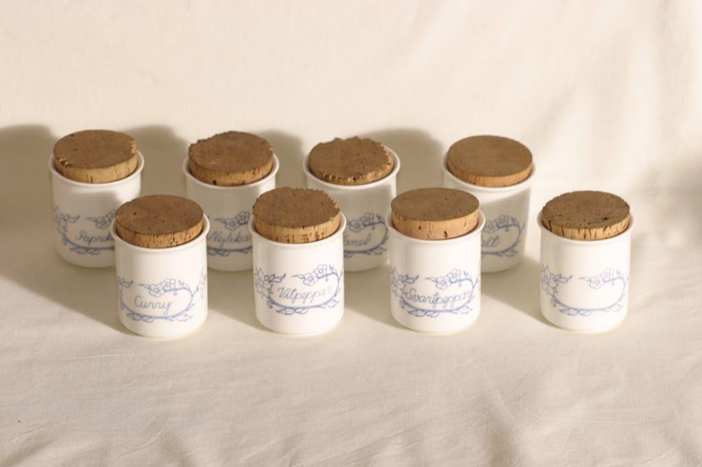 Arabia maustepurkit, tekstikuvio, 8 kpl, suunnittelija , tekstikuvio