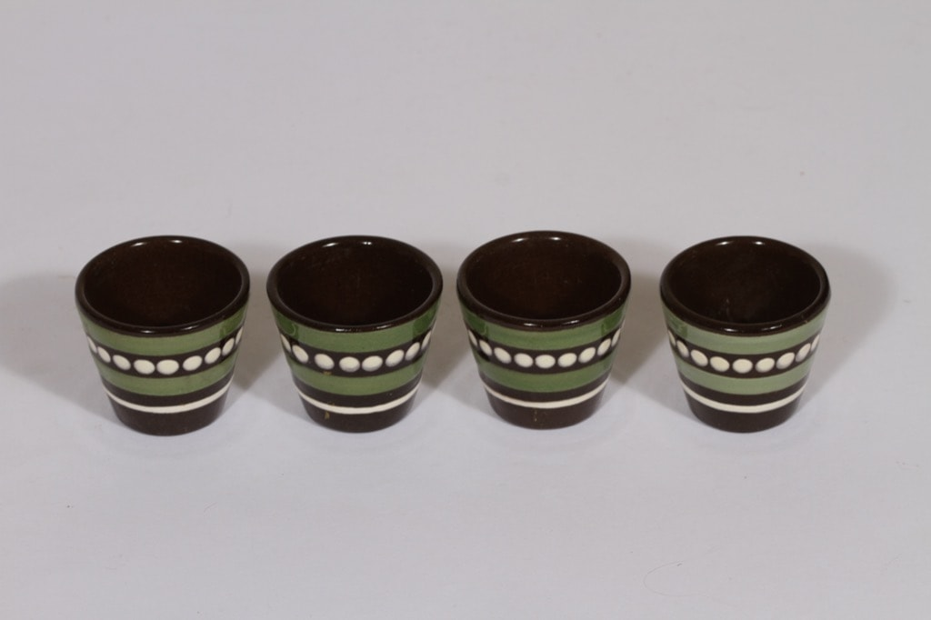 Kupittaan savi munakupit, käsinmaalattu, 4 kpl, suunnittelija Gudrun Raunio, käsinmaalattu, signeerattu