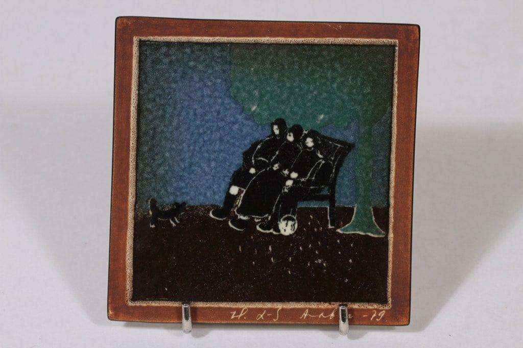 Arabia koristelaatta, Mummot puistossa, suunnittelija Heljä Liukko-Sundström, Mummot puistossa, pieni, serikuva, signeerattu