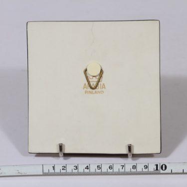 Arabia koristelaatta, Mummot puistossa, suunnittelija Heljä Liukko-Sundström, Mummot puistossa, pieni, serikuva, signeerattu kuva 2