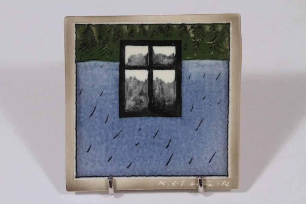 Arabia koristelaatta, Ikkuna metsässä, suunnittelija Heljä Liukko-Sundström, Ikkuna metsässä, pieni, serikuva, signeerattu
