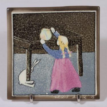 Arabia koristelaatta, Pikkutyttö ja jänis, suunnittelija Heljä Liukko-Sundström, Pikkutyttö ja jänis, pieni, serikuva, signeerattu