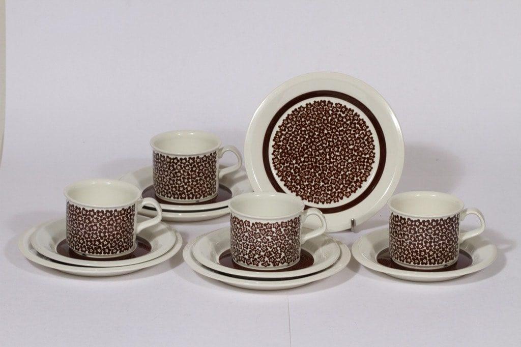 Arabia Faenza kahvikupit ja lautaset, ruskea, 4 kpl, suunnittelija Inkeri Seppälä, serikuva