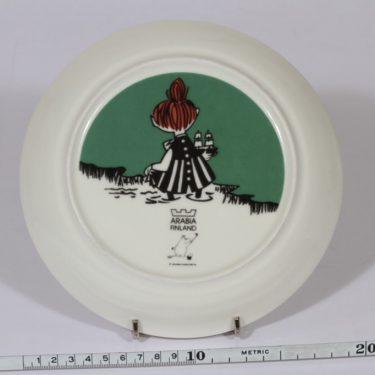 Arabia Muumi lautanen, Pikku Myy liukumäessä, suunnittelija , Pikku Myy liukumäessä, serikuva kuva 2