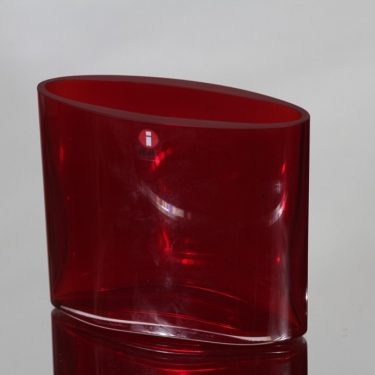 Iittala Ovalis maljakko, rubiininpunainen, suunnittelija Tapio Wirkkala, pieni, signeerattu, numeroitu