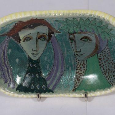 Arabia seinälaatta, naisaihe, suunnittelija Hilkka-Liisa Ahola, naisaihe, käsinmaalattu, signeerattu