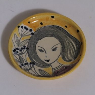 Kupittaan savi koristelautanen, suunnittelija Laila Zink, käsinmaalattu, signeerattu, naisaihe