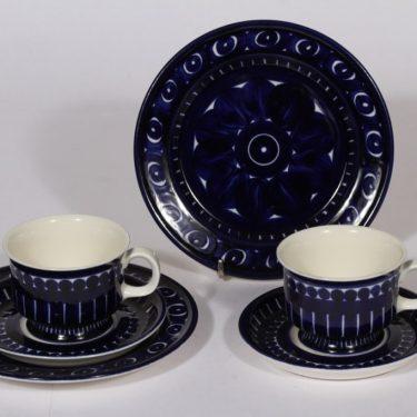 Arabia Valencia kahvikupit ja lautaset, sininen, 2 kpl, suunnittelija Ulla Procope, käsinmaalattu, signeerattu
