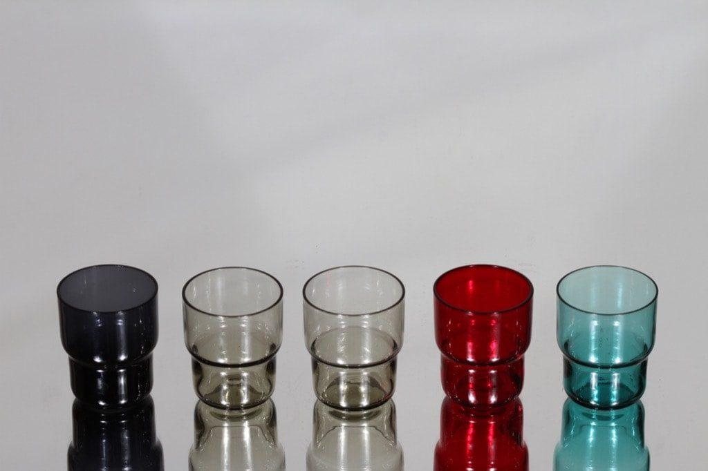 Nuutajärvi Pinottava lasi snapsilasit, eri värejä, 5 kpl, suunnittelija Saara Hopea,
