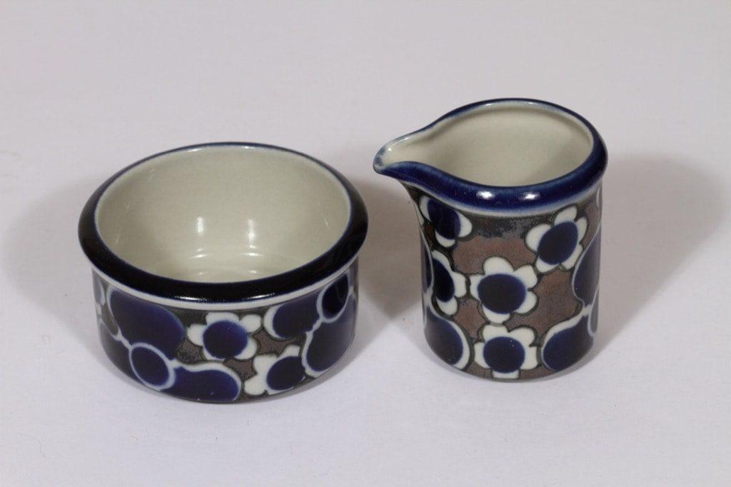 Arabia Saara sokerikko ja kermakko, sininen, suunnittelija Anja Jaatinen-Winquist, erikoiskoriste, retro
