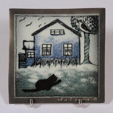 Arabia seinälaatta, Sinisen talon kissa, suunnittelija Heljä Liukko-Sundström, Sinisen talon kissa, pieni, serikuva, signeerattu