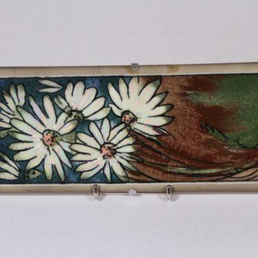 Arabia koristelaatta, Nuoret neidot, suunnittelija Heljä Liukko-Sundström, Nuoret neidot, serikuva, kukka-aihe