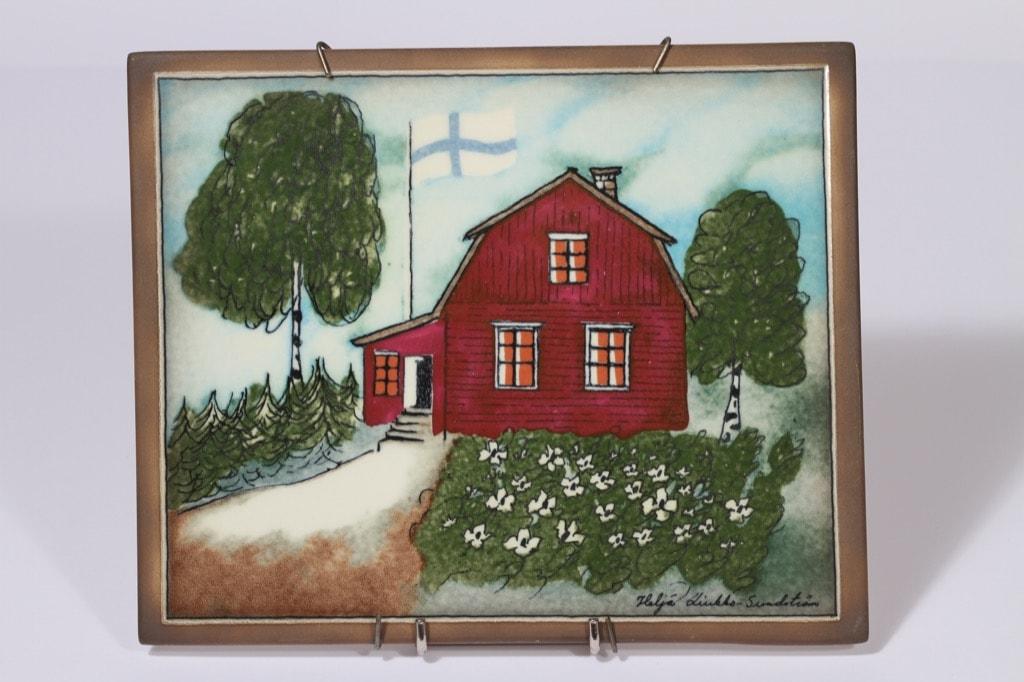 Arabia seinälaatta, Punainen tupa ja perunamaa, suunnittelija Heljä Liukko-Sundström, Punainen tupa ja perunamaa, suuri, serikuva, taloaihe