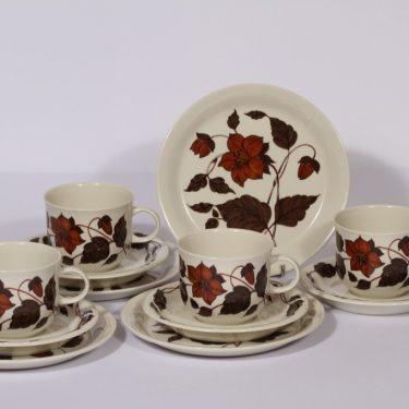 Arabia Tea for Two teekupit ja lautaset, ruskea, 4 kpl, suunnittelija Gunvor Olin-Grönqvist, serikuva, kukka-aihe