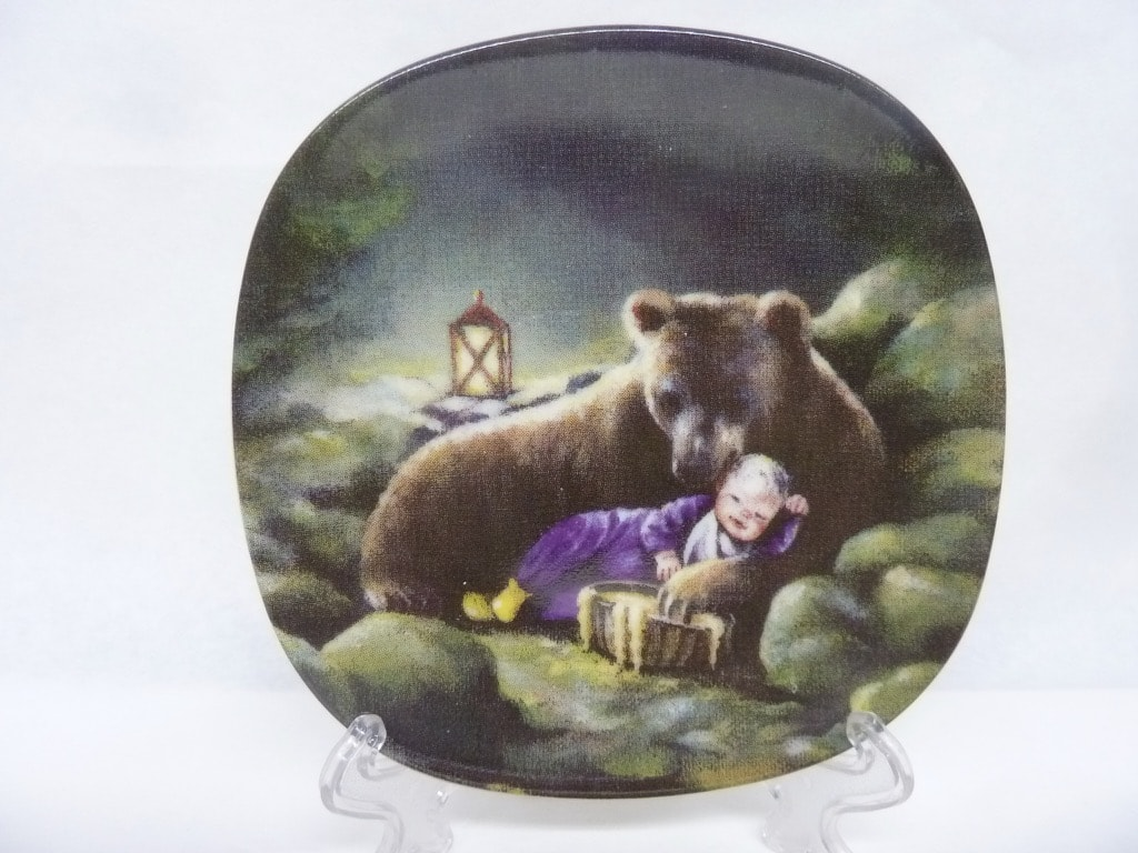 Arabia Sydänystävä decorative plate, Karhu, designer Sussi Anna Åberg, small, silk screening