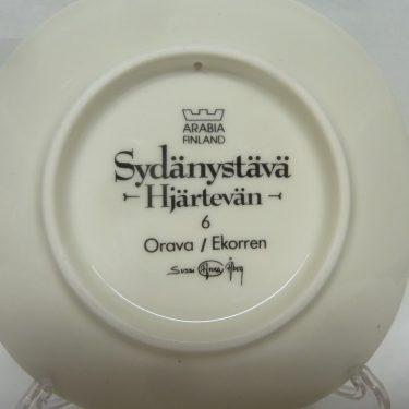 Arabia Sydänystävä koristelautanen, Orava, suunnittelija Sussi Anna Åberg, Orava, pieni, serikuva kuva 2