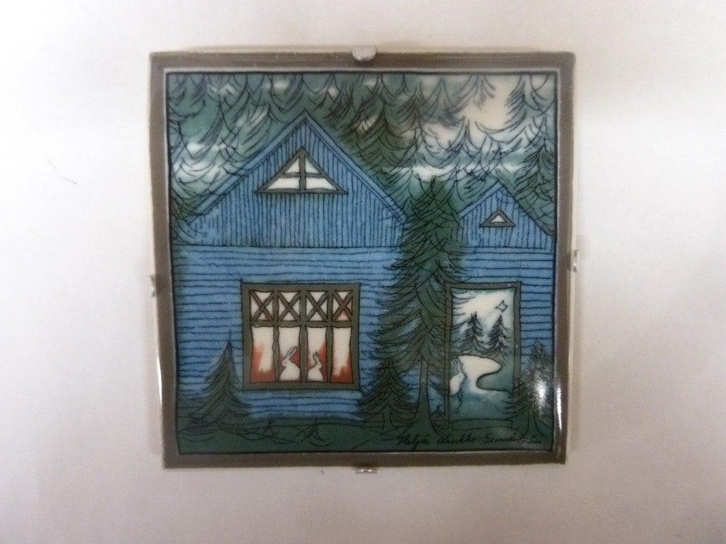 Arabia koristelaatta, Sininen Onnen Talo, suunnittelija Helja Liukko-Sundström, Sininen Onnen Talo, pieni, serikuva, signeerattu