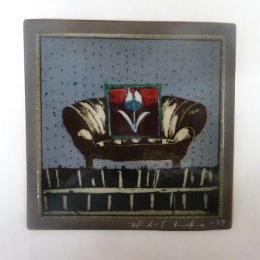 Arabia koristelaatta, Sohva, suunnittelija Helja Liukko-Sundström, Sohva, pieni, käsinmaalattu, signeerattu