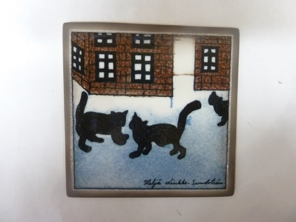 Arabia koristelaatta, Kissojen Kylä, suunnittelija Heljä Liukko-Sundström, Kissojen Kylä, pieni, serikuva, signeerattu