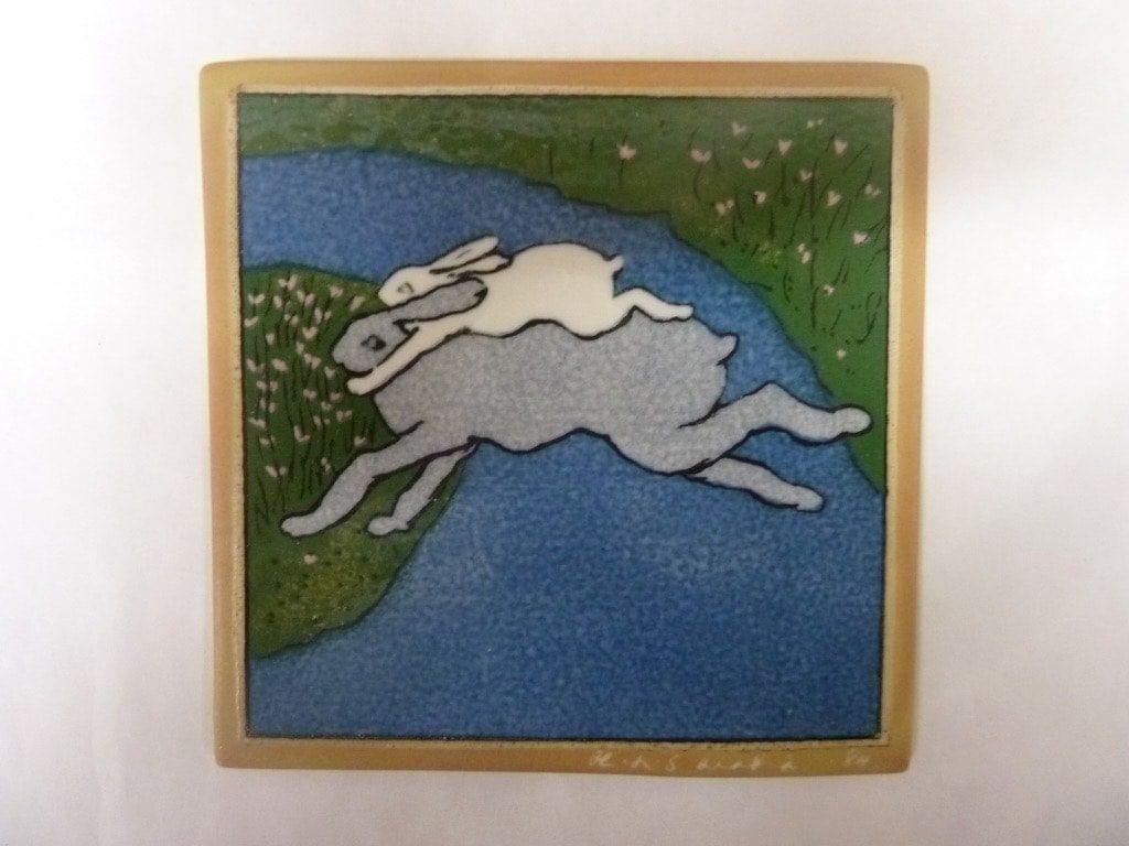 Arabia koristelaatta, Yhdessä Yli Sinisen Joen, suunnittelija Heljä Liukko-Sundström, Yhdessä Yli Sinisen Joen, pieni, serikuva, signeerattu