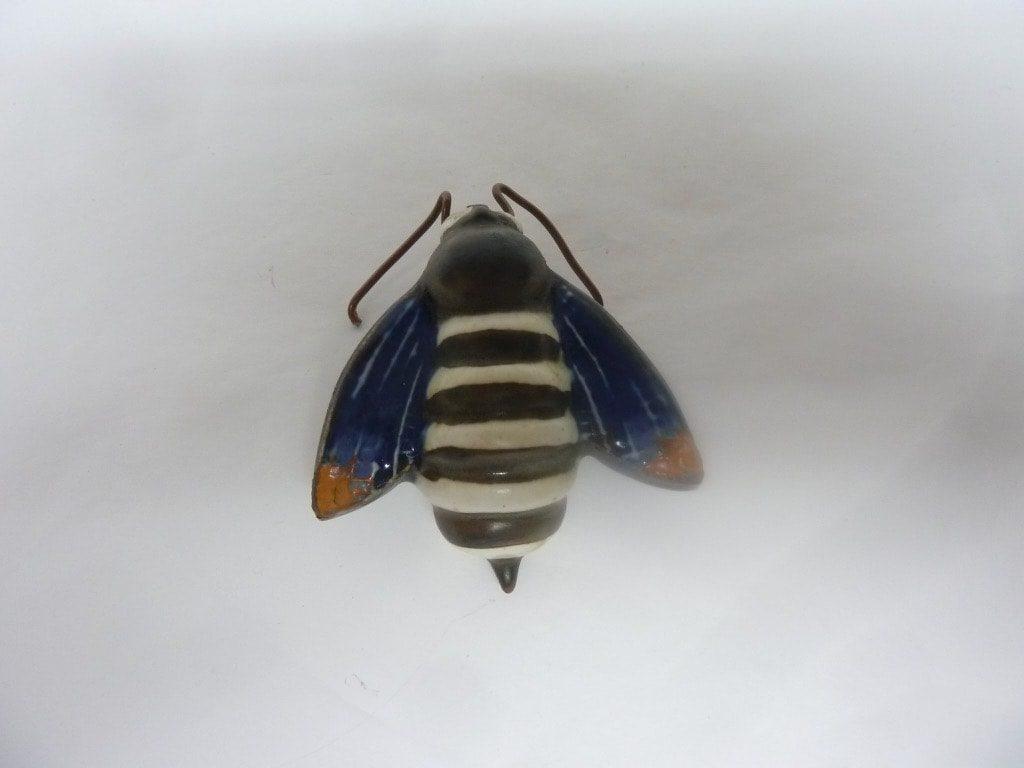 Arabia figuuri, Mehiläinen, suunnittelija Taisto Kaasinen, Mehiläinen, pieni, käsinmaalattu, signeerattu