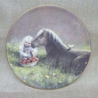 Arabia Sadun totuus decorative plate, Onnen Hetki, designer Sussi Anna Åberg, silk screening