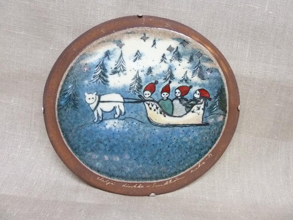 Arabia koristelaatta, Matkalla Kotiin, suunnittelija Heljä Liukko-Sundström, Matkalla Kotiin, serikuva, signeerattu