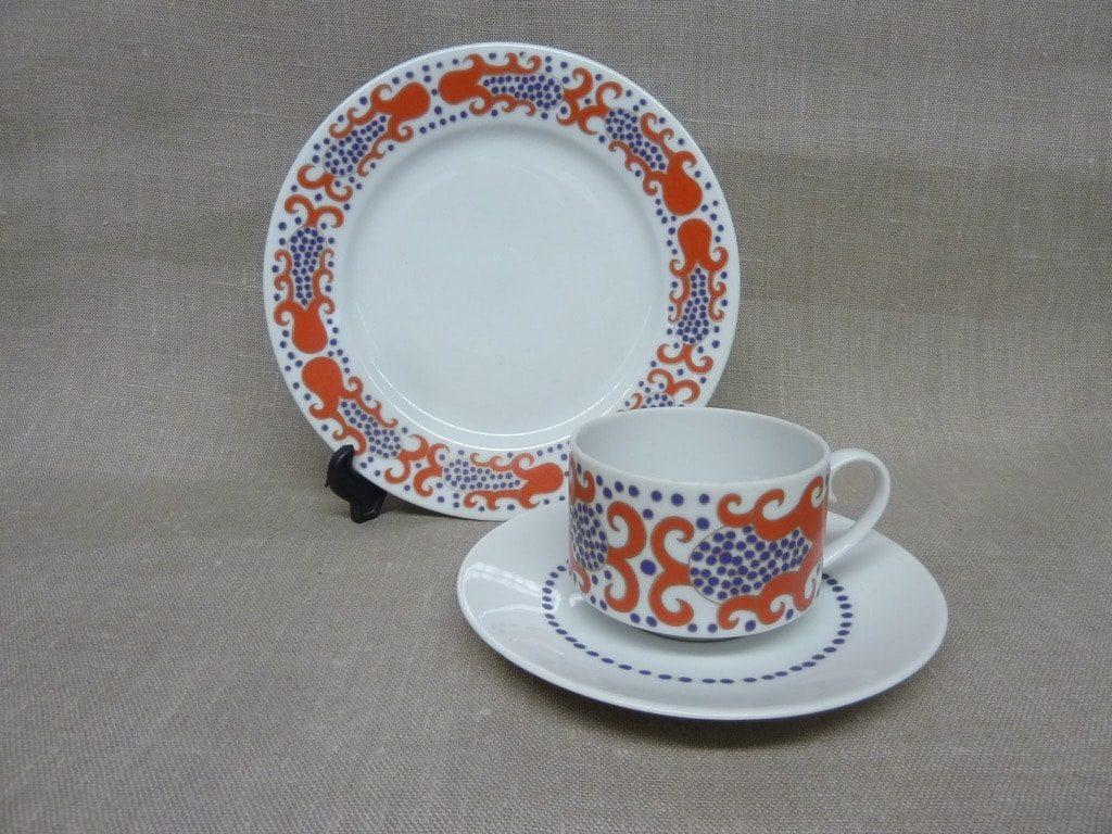 Arabia Esmeralda kahvikuppi ja lautanen, punainen, suunnittelija Esteri Tomula, serikuva, retro