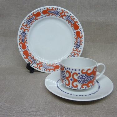 Arabia Esmeralda coffee cup, saucer and plate, red, Esteri Tomula
