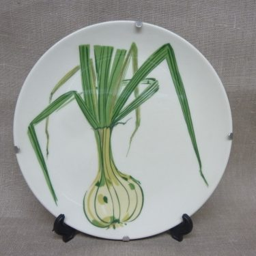 Arabia Vihreä linja decorative plate, Kesäsipuli, spring onion Gunvor Olin-Grönqvist, silk screening