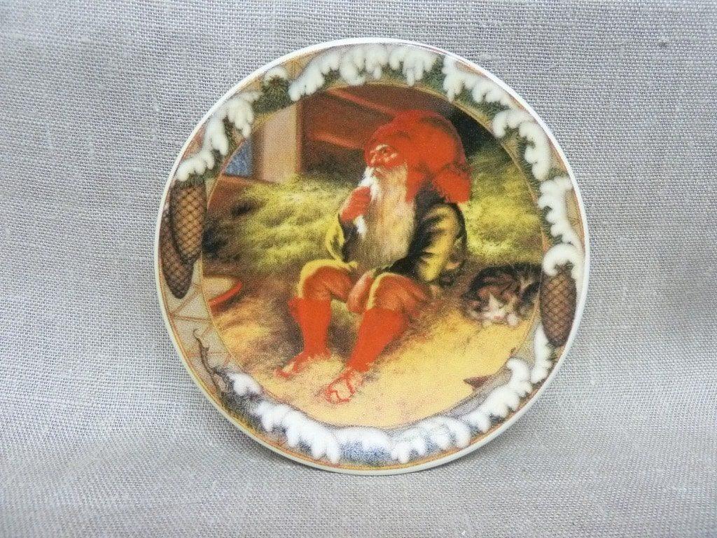 Arabia koristelautanen, Tonttu Ja Kissa, suunnittelija Anders Olsson, Tonttu Ja Kissa, pieni, serikuva, jouluaihe