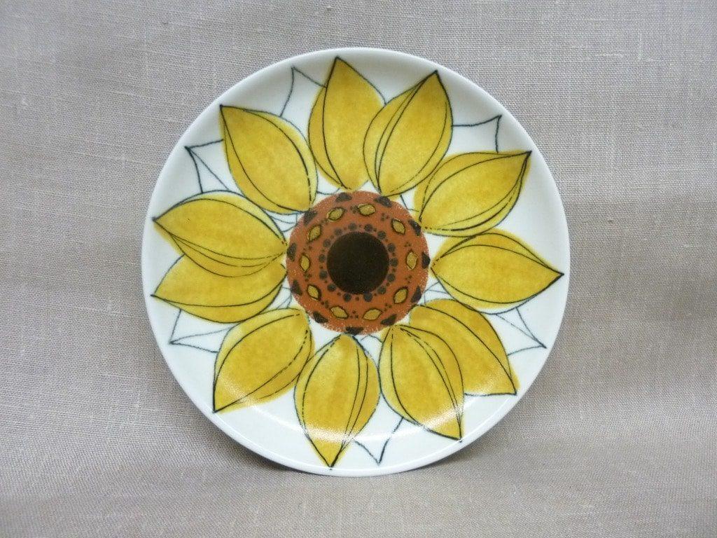 Arabia Aurinkoruusu lautaset, matala, suunnittelija Hilkka-Liisa Ahola, matala, signeerattu, käsinmaalattu