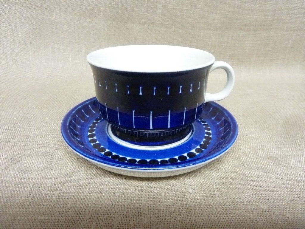 Arabia Valencia teekupit, sininen, suunnittelija Ulla Procope, käsinmaalattu, signeerattu
