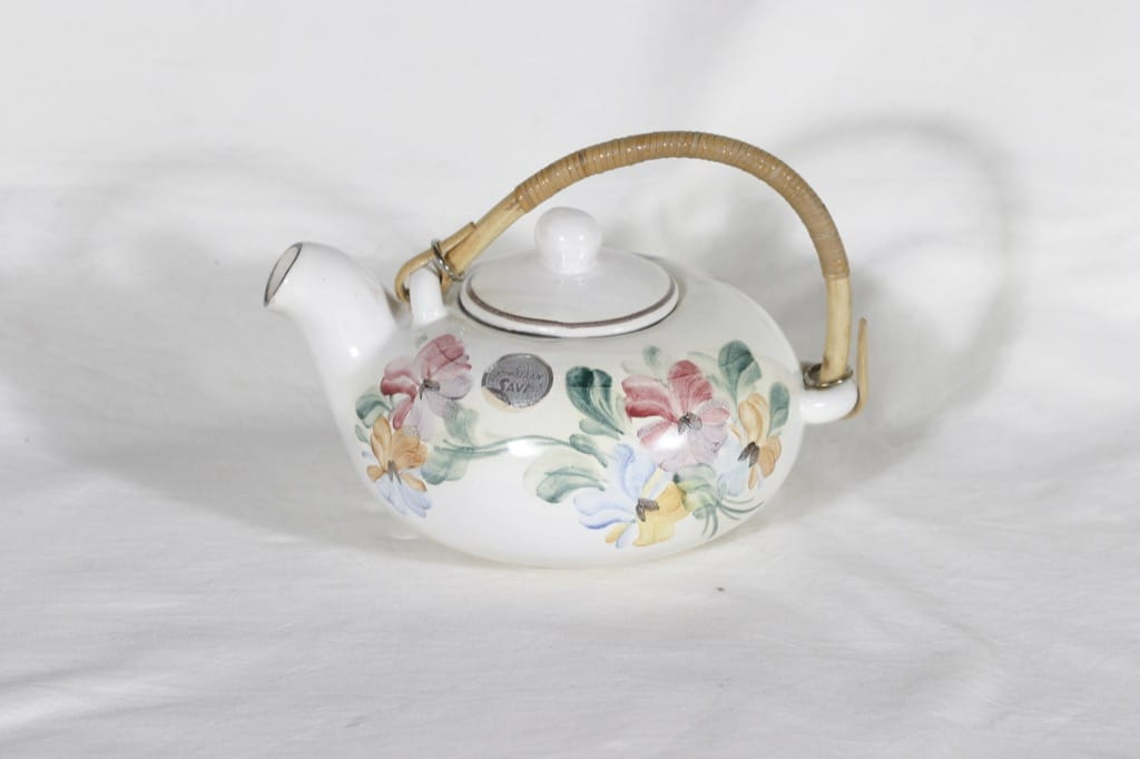 Kupittaan savi 347 II teekannu, käsinmaalattu, suunnittelija Raili Suvanto, käsinmaalattu, signeerattu