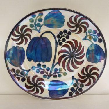 Arabia BK koristelautanen, sininen, punainen, suunnittelija Birger Kaipiainen, pieni, lysteri, signeerattu